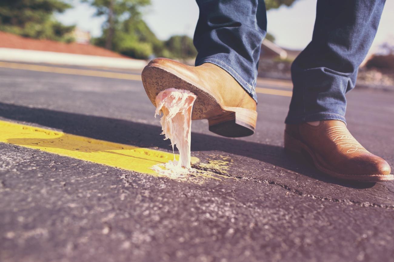 Guma do żucia przyklejona do buta