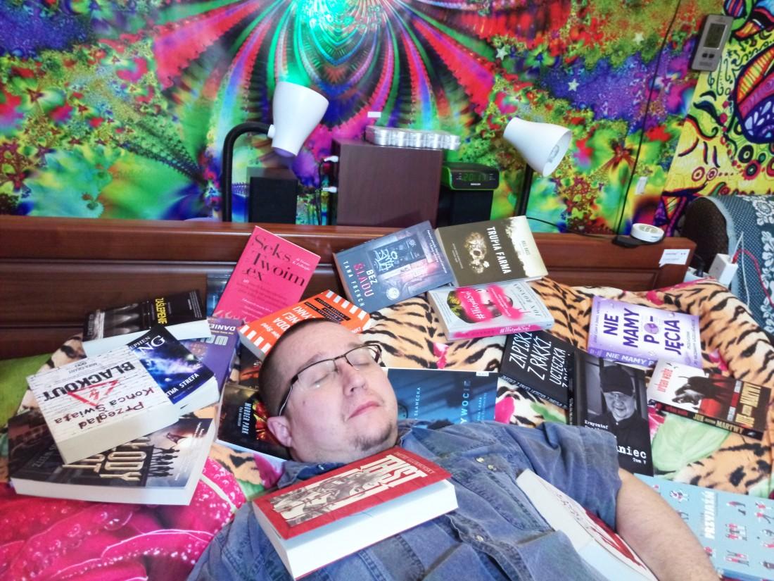 Czytanie książki w łóżku