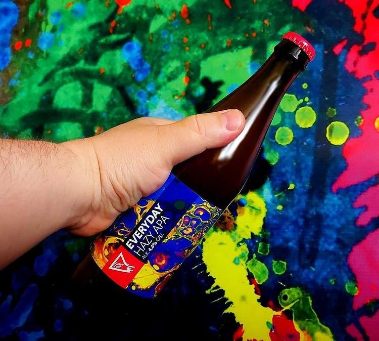 Piwo z kolorową etykietą