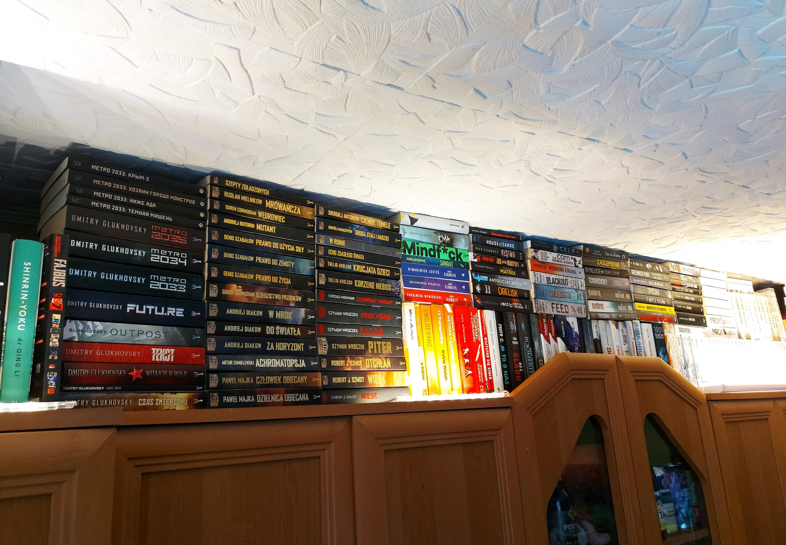 Kolekcja książek w mieszkaniu