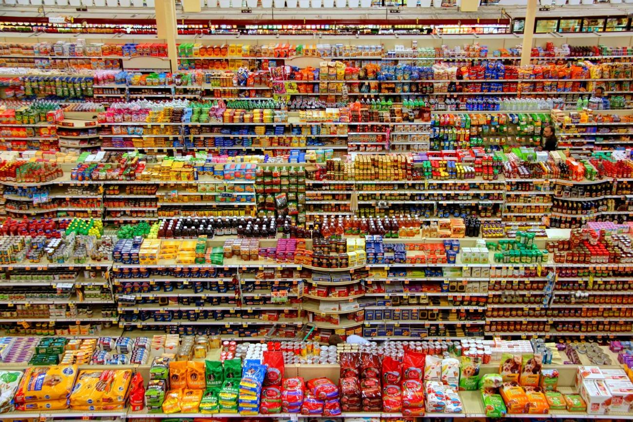 Kolorowe półki sklepowe
